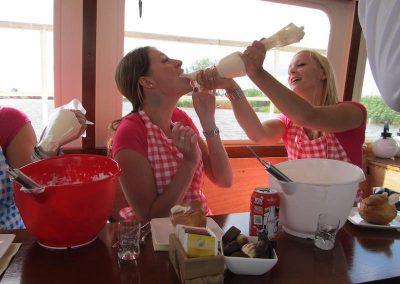 slagroomspuitzak-leeg-knijpen-vrouwen